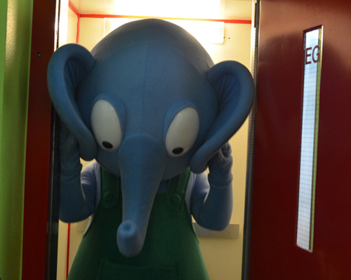 Emso muss im Aufzug seine Ohren einklappen. / Emso only fits in the elevator with folded ears. (Photo: EMS / Heiligers)
